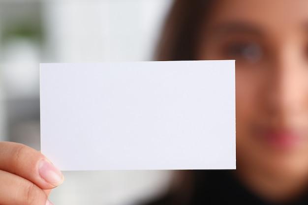 Donna che tiene carta in bianco