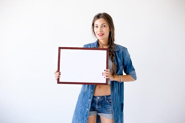 Donna che tiene cartello o manifesto bianco in bianco