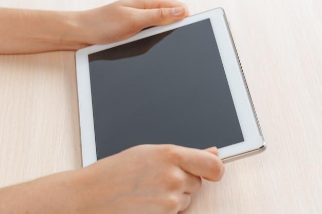 Donna che tiene compressa digitale, primo piano