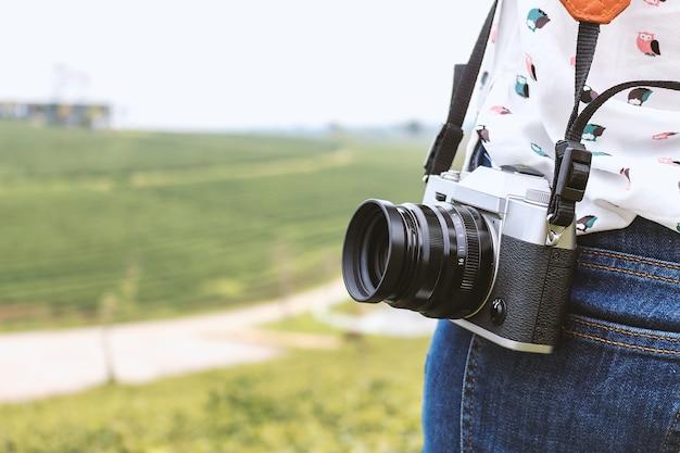 Donna che tiene con macchina fotografica d'epoca di fotografia