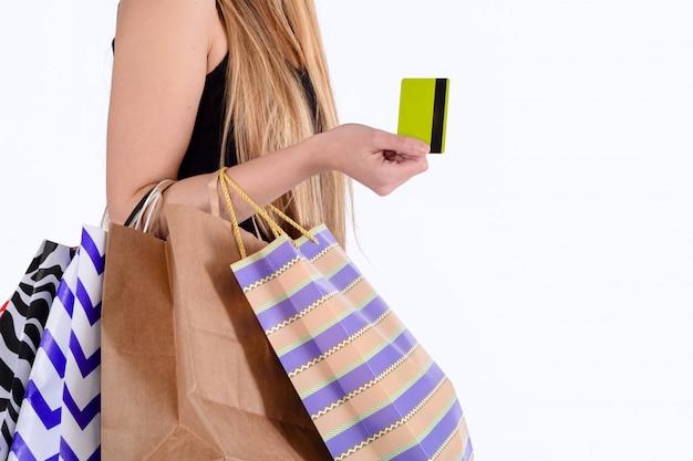 Donna che tiene i sacchetti della spesa e carta di credito.