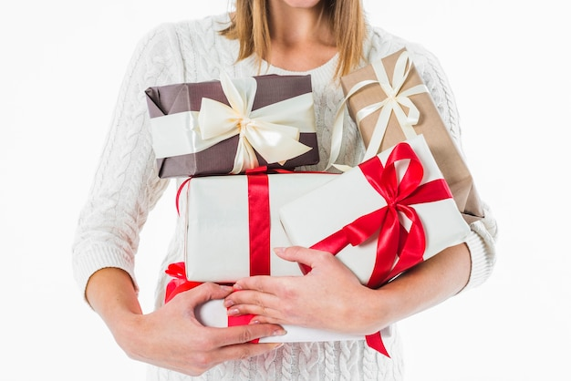 Donna che tiene i vari contenitori di regalo in mani