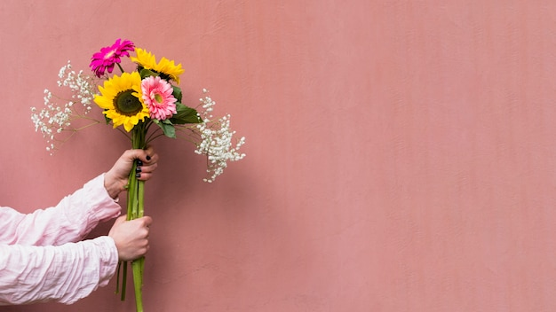 Donna che tiene il mazzo di fiori freschi