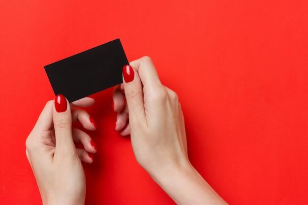 Donna che tiene il modello di biglietto da visita nero