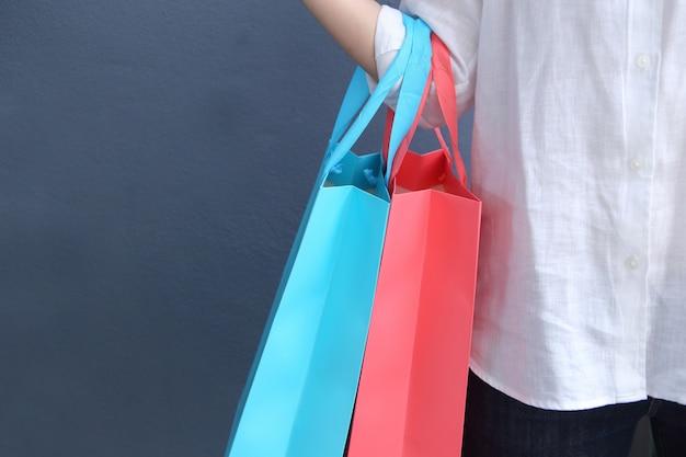 Donna che tiene il sacchetto della spesa