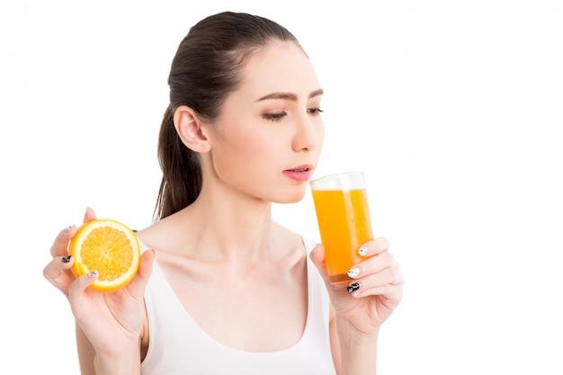 Donna che tiene il succo d'arancia isolato su sfondo bianco