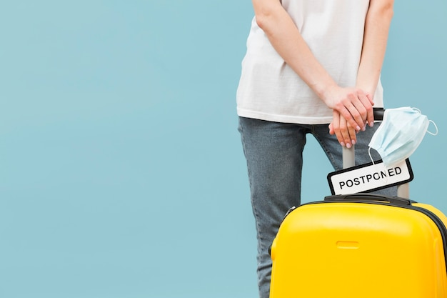 Donna che tiene il suo bagaglio con un segno posposto con lo spazio della copia