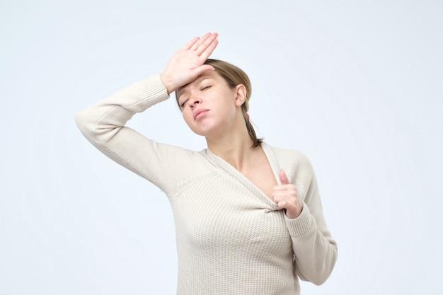 Donna che tiene la sua mano sulla testa sensazione di malessere
