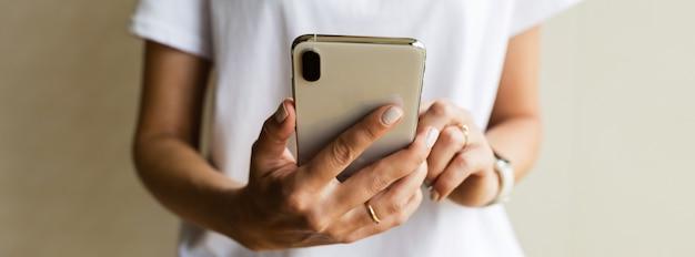 Donna che tiene le mani telefono cellulare