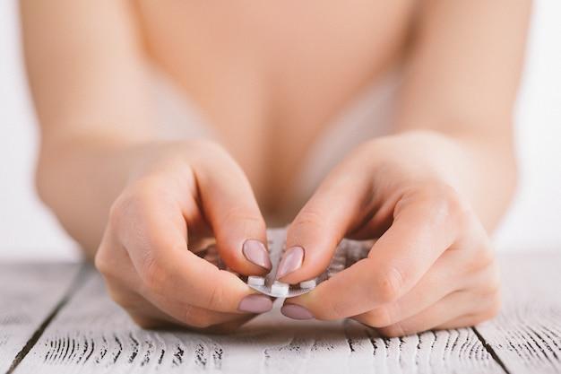 Donna che tiene le soluzioni contraccettive