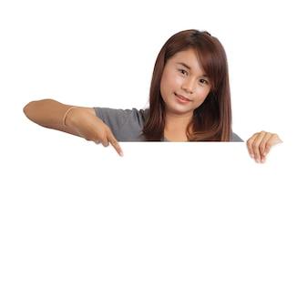 Donna che tiene tabellone per le affissioni in bianco