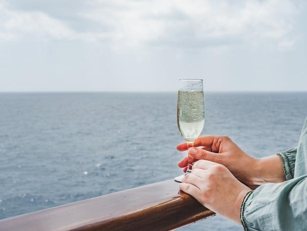 Donna che tiene un bicchiere sul ponte