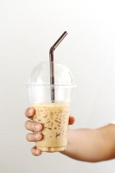 Donna che tiene un caffè di ghiaccio