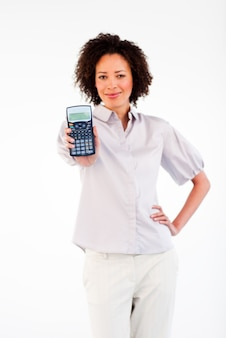 Donna che tiene un calcolatore davanti alla telecamera