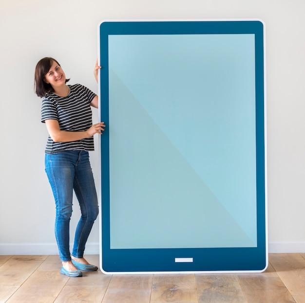 Donna che tiene un modello di tablet blu