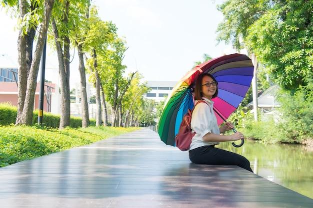 Donna che tiene un ombrello