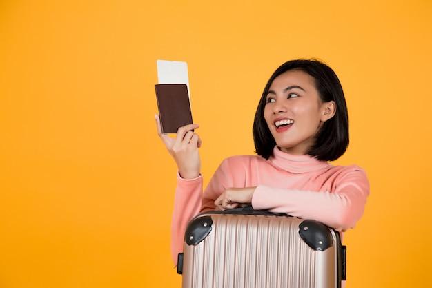 Donna che tiene un passaporto con un biglietto aereo