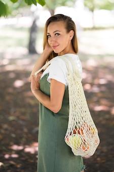 Donna che tiene una borsa ecologica