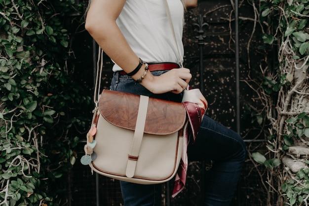 Donna che tiene una borsetta, borsa, borsa