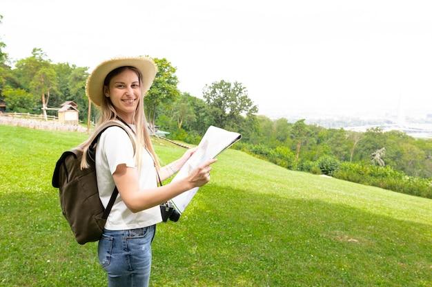 Donna che tiene una mappa e sorridere