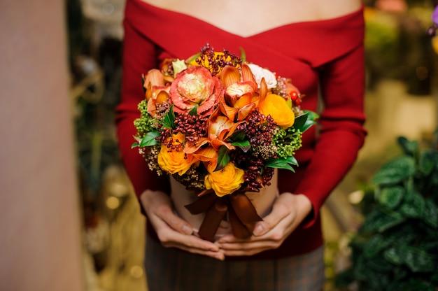 Donna che tiene una scatola con una composizione nel fiore per il giorno di biglietti di s. valentino