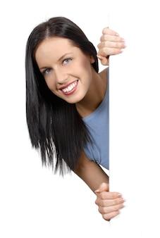 Donna che tiene una scheda bianca
