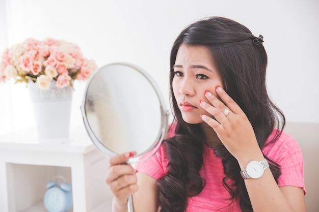 Donna che tiene uno specchio
