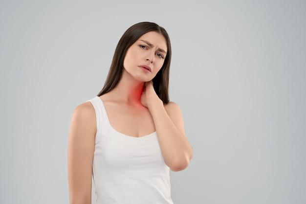 Donna che tocca il collo a causa del dolore