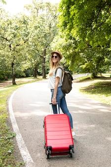 Donna che trasporta i suoi bagagli da dietro