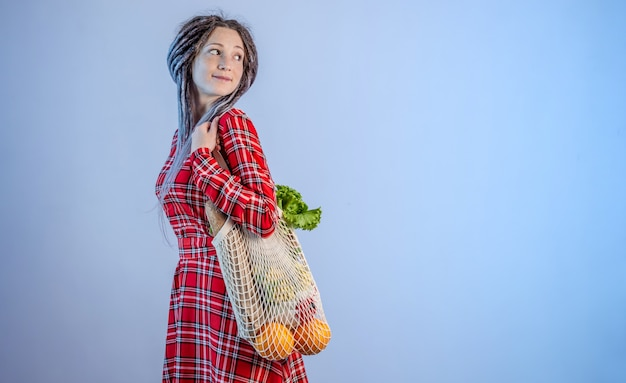 Donna che trasporta oggetti in un sacchetto di corda