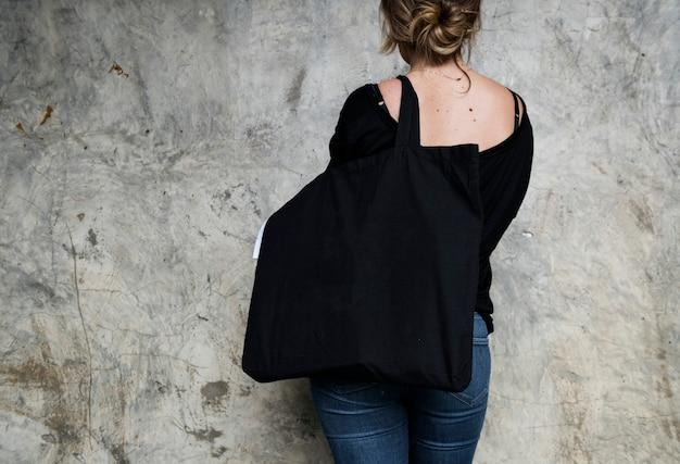 Donna che trasporta una borsa