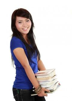 Donna che trasporta una pila di libri