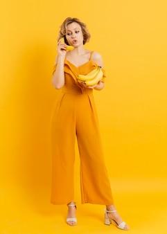 Donna che usando banana come cellulare