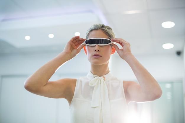 Donna che usando i video vetri 3d