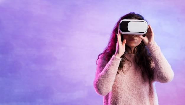Donna che usando la nuova tecnologia del vr