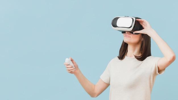 Donna che usando le cuffie da realtà virtuale
