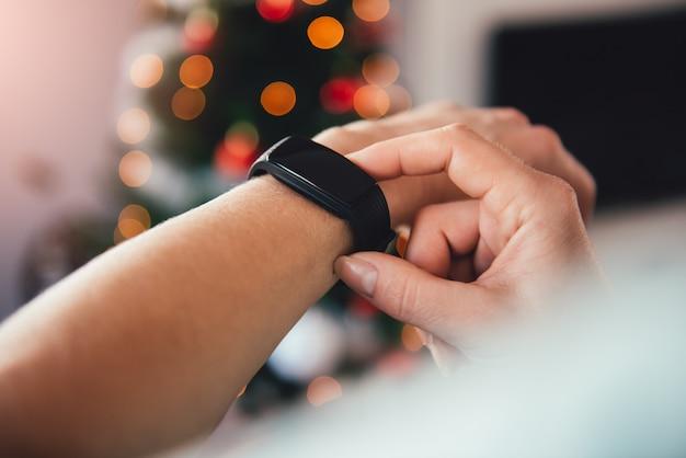 Donna che usando orologio intelligente