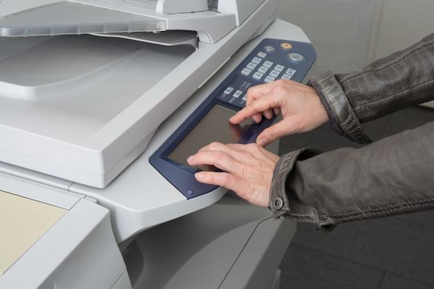 Donna che usando una fotocopiatrice