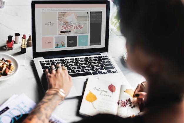 Donna che utilizza computer portatile che pratica il surfing il sito web in linea