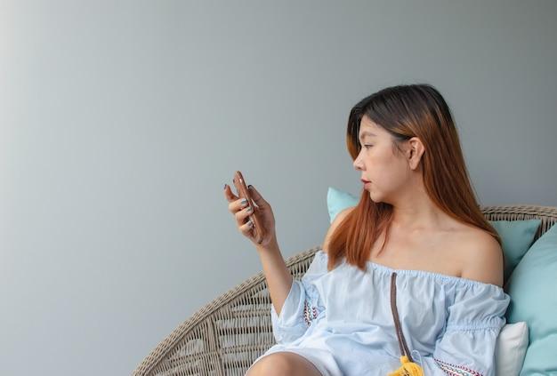 Donna che utilizza il cellulare