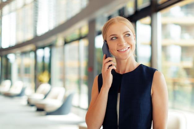 Donna che utilizza il telefono cellulare