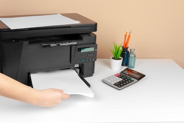 Donna che utilizza la stampante per acquisire e stampare documenti