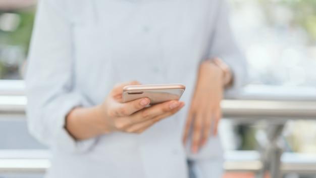Donna che utilizza smartphone su scala nelle aree pubbliche, durante il tempo libero.