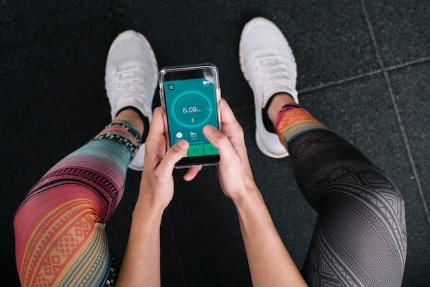 Donna che utilizza un'app corrente nello smartphone