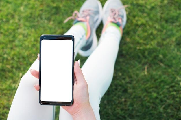 Donna che utilizza un telefono cellulare all'aperto