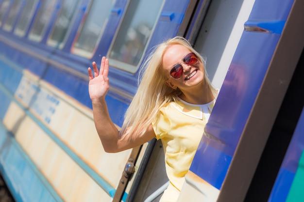 Donna che va in vacanza con il treno