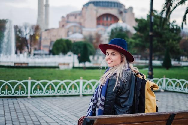 Donna che viaggia a istanbul vicino alla moschea di aya sofia, turchia