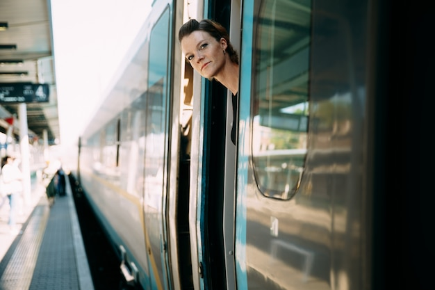Donna che viaggia in treno