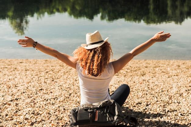 Donna che viaggia per il mondo