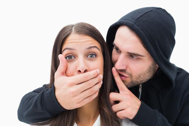 Donna che viene attaccata dall'uomo spaventoso